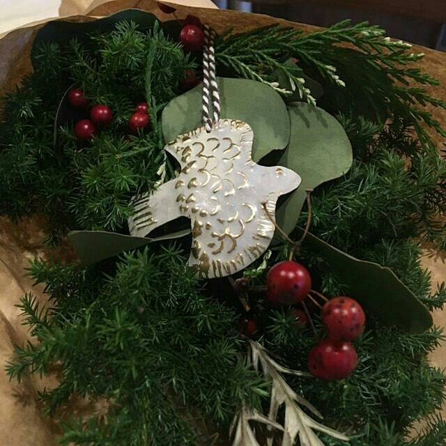 本日は、@negoto.iskw さんの、真鍮クリスマスオーナメントのワークショップ1回目でした。皆さん、アイデアが豊富すごい!!素敵なオーナメントが沢山できましたよグリーンのスワッグにとても合いますね。色々に応用できそうで、クリスマスが過ぎても1年中使えそうです。来週の水曜日と金曜日、まだ少し空きがありますので、追加のご予約を受け付けます。山岳マルシェまたは@negoto.iskw さんまでメッセージくださいお待ちしております!